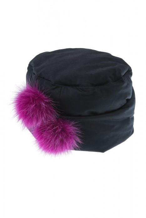 Schwarze Kappe mit Fuchsbommeln